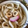 カマ喜ri - 料理写真:かけ小。写真だと濃い色だけど実際には極々薄くて優しいお出汁。トッピングのお顔な竹輪達のお出汁も混じっているのか甘みを感じます。麺は太くコシが凄い。なのでかけより釜揚げがいいかなぁ。エロい食感がグーです