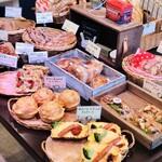 ストロベリーフィールズベーカリー - 料理写真:くるみを使ったパンが多く並んでいます。