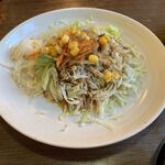 オムライス ひとみ - 「ジャンボオムライス」付属の「サラダ」品物としては、マヨネーズと和風醤油ドレッシングが掛けられた、キャベツ中心の、レタス、人参、玉ネギ、コーンが添えられた品であるが、程良い箸休めになったことは確かである。