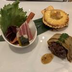 120782439 - 「旬菜のバーニャカウダ」「檜扇貝の黄金焼き」「煮穴子の黒米寿司」これが最初の配膳品である。会席料理で言ったら「先付」、フランス料理で言ったら「オードブル(前菜)」に当たる品であろうか。