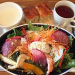 イレール人形町 - サラダプレート。カブのポタージュ、温かいフォッカチャ付き。赤カブ、人参、リーフレタスのサラダにエビ、鶏肉、ポーチドエッグ。レモンオイルの香りが爽やか。半熟のエッグがドレッシング代わり。スリランカぽい紅茶。¥1200