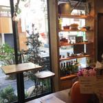 イレール人形町 - 西側が全面窓で明るい店内。通りを行く人がよく見えます。