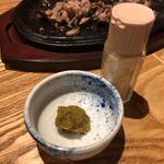 もも焼きト酒 おがた - 柚子胡椒とガーリックパウダー