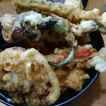 お料理やまもと - 具沢山の天丼。下にはえび、穴子。