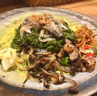 さぼてん食堂 - ほうれん草と牡蠣を練り込んだキーマカレー。てっぺんに牡蠣のハーブオイル漬け。