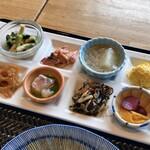 産直鮮魚と炊きたて土鍋ご飯の居酒屋 市場小路 - ●鯖の味噌煮おばんざいプレート ¥1298税込