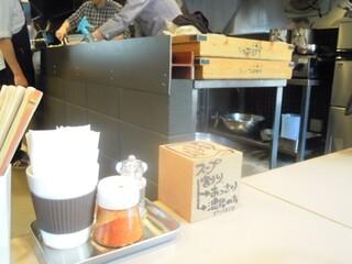 つけ麺 五ノ神製作所 - しゃれた店内、H鋼をこんなところで