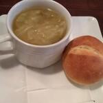 マリベン - 「ランチパエリヤコース」のスープ&パン
