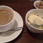マリベン - 「ランチパエリヤコース」のデザート(ラムレーズンのアイス)とコーヒー