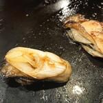もんじゃ 友 - 牡蠣にネギを添えて一口で(^^)
