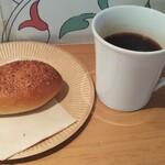 カワイイ ブレッド&コーヒー - カレーパンとアメリカーノ