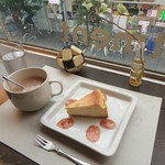 cafe apartment - コーヒーにチーズケーキを添えて