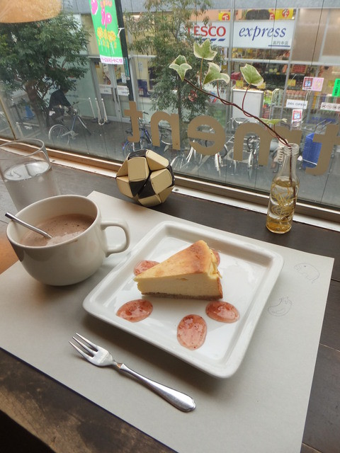 カフェ・アパートメント - コーヒーにチーズケーキを添えて