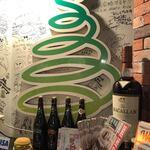 120850086 - お店のマークと壁の記念サイン