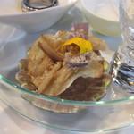 レクスキ フレンチetワイン - 擦った栗をまぶしたチップス 舞茸と淡路の赤い玉ねぎ