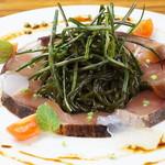 長崎産ブリの炙り 島原名物ひょっつると和ハッカのジュレ バルサミコ風味