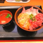 Minatoshokudou - 三色丼900円