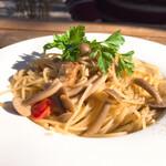 ハコニワ食堂 - 料理写真:ハタケシメジとアンチョビのパスタ