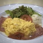 ルノアール - プレートには「スクランブルエッグ」「ベーコン」「野菜サラダ」「ポテサラ(多分市販品)」が盛られ、 モーニングとしては十分なボリューム。