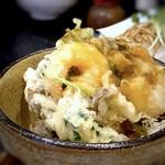 手打そば 一の梅 - 料理写真:◆かき揚げ丼には「海老」「ホタテ」「シメジ」「三つ葉」などが入り、以前と同じく衣は硬めでボリュームがあります。 ご飯は「炊き込みご飯」。小丼でも私には多かったのですが、残すのは申し訳ないので頂きました