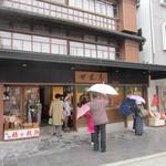 12086215 - 大宰府天満宮の参道にある明治33年に建てられた木造3階建てのお店です。