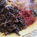 江川亭 - 唐辛子と乾燥高菜を投入