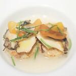 120889841 - 蝦夷鮑のソテーと茸の焼きリゾット、貝のジュの葛餡とからすみと共に