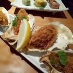 八兆屋 - 牡蠣フライ 殻と牡蠣の間にソースが入っています