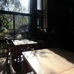 cafe kaeru - 太陽光がサンサンと降り注ぐ店内
