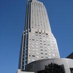 OLI - 快晴。セルリアンタワーが青空に映えます。オリは2階です。
