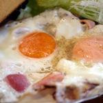 ヒッコリーファーム - 鉄板で焼かれたベーコンエッグ 家では出せない素晴らしいお味