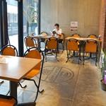 Kaka'ako Dining & Cafe  - 指定エリアなら屋内犬同伴可能