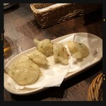 普段着ワイン酒場GETABAKI - 生海苔香る揚げピッツア《ゼッポリーネ》450円
