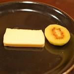 セルサルサーレ - カマンベルールのチーズケーキ、レインボーレッドキュウイ添え