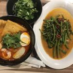 シンガポール フード ガーデン - ラクサ850円、空心菜炒め550円。空心菜炒めは味付けが濃すぎて今ひとつでしたが、追加パクチーを投入すると、美味しくなりました(笑) ラクサ、大好物です(╹◡╹)