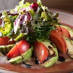 ピーカーブー - トマトとアボカドのサラダ
