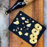 雑に盛ったチーズ三種とキャラウェイオイルのラスク
