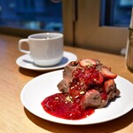 シンシアガーデンカフェ - [左奥]有機コーヒー(デカフェ)@680円│[右手前]米粉のチョコレートケーキ@840円