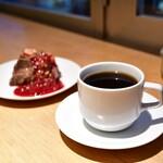 シンシアガーデンカフェ - [左奥]米粉のチョコレートケーキ@840円│[右手前]有機コーヒー(デカフェ)@680円
