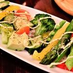 nikainowainsakaba - アボカドとゴロゴロ野菜サラダ