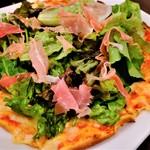 nikainowainsakaba - 生ハムとルッコラサラダのせ薄焼きピッツア