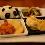 桂花苑 - パンダ肉まん 牛肉の細切りと野菜の炒め等