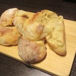 エス小林 - 盛られて出される自家製パン(チャバタ)