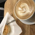 Daily Coffee Stand - カフェラテ¥450 マフィン¥350  合計¥800 カフェラテはミルクが多め。マフィンは焼いて提供してくれる。甘すぎず美味しかった。