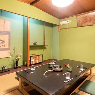 純和風の落ち着いた個室で味わう、老舗のふぐ料理