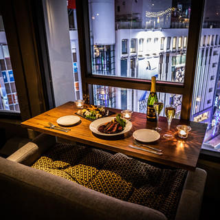 記念日ディナーは夜景が見えるカップルシートでゆったりと♪