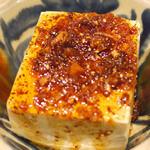 風亭 - しっかりした味の濃い島豆腐に自家製のラー油を心おきなく  たんと掛けていただきます。