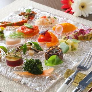 豊富な種類と見事な鮮やかさで魅了する【前菜12種盛り合わせ】