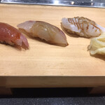 にぎにぎ一 - はがつお200円、しまあじ300円、いら炙り100円。はがつおとしまあじは、鮮度があり、旨味たっぷりで、とても美味しかったです(╹◡╹)
