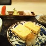 121021584 - 食事 鍋ごはん ゆめぴりか 赤出汁 自家製香の物 おじゃこ 魚の出汁の出汁巻き卵